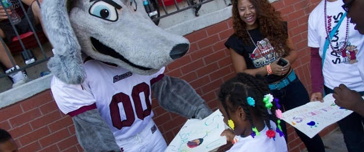 kids taking a picture saluki mascot